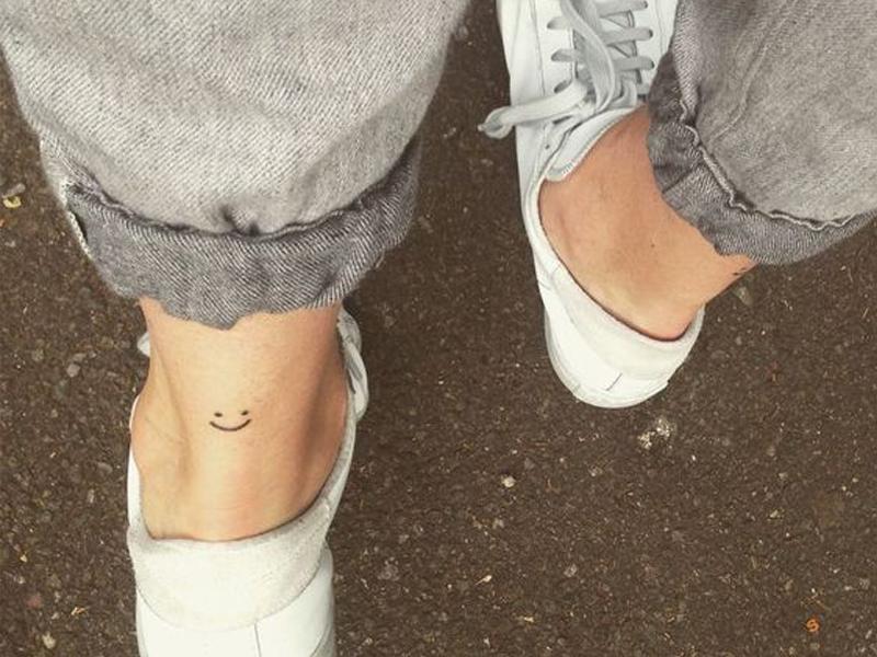 ayak bilekleri için küçük dövmeler
